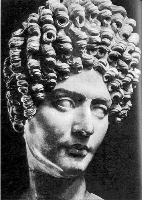 515. Женская голова. Капитолий, Рим. Прическа периода поздней Римской империи: пышно завитые, начесанные с затылка волосы, с многочисленными кудрями на лбу.